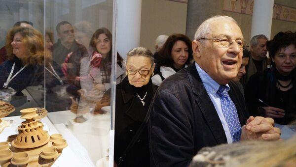 Директор Музея Акрополя Димитрис Пападермалис и директор музея Элевсины Калиоппа Папагели проводят экскурсию по выставке для журналистов
