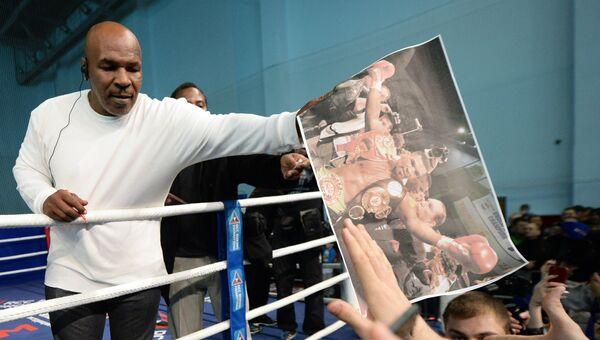 Боксёр Майк Тайсон во время открытого мастер-класса по боксу во Дворце игровых видов спорта (ДИВС) в Екатеринбурге
