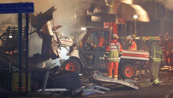 Спасатели на месте взрыва, который уничтожил магазин и дом в Лестере, Британия, 25 февраля 2018
