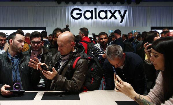Люди во время презентации новых смартфонов Samsung Galaxy S9 и S9+ на мероприятии Samsung Galaxy Unpacked 2018 в Барселоне, Испания. 25 февраля 2018 года