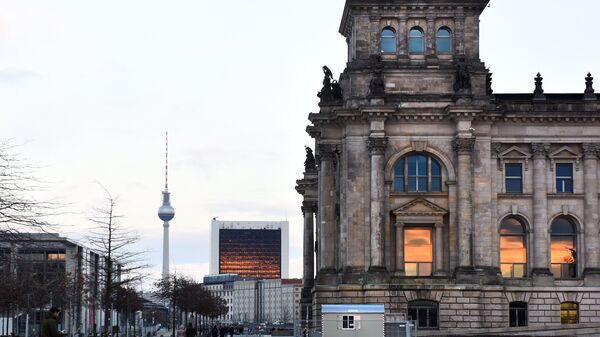 Историческое здание Рейхстага (Германский бундестаг) в центре Берлина на Парижской площади и Берлинская телебашня