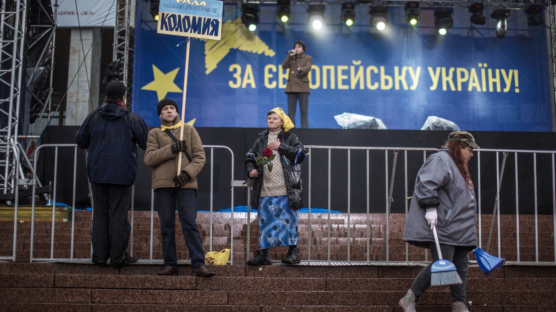 Сторонники евроинтеграции Украины около сцены на Европейской площади в Киеве. 25 января 2013 - РИА Новости, 1920, 25.03.2021