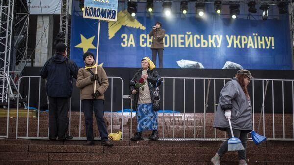 Сторонники евроинтеграции Украины около сцены на Европейской площади в Киеве. 25 января 2013