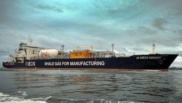 Судно JS Ineon Insight, перевозящее сланцевый газ из США, прибывает в порт Грэндемута, Шотландия. Архивное фото