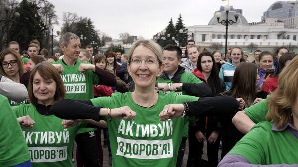 Исполняющая обязанности министра здравоохранения Украины Ульяна Супрун во время зарядки во Всемирный день здоровья в Киеве. 7 апреля 2017