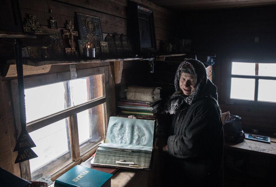 Младшая из семьи Лыковых во время молитвы