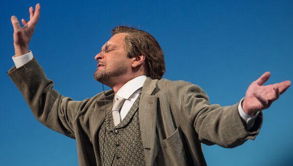 Александр Домогаров в роли Гаева в спектакле Вишневый сад в театре имени Моссовета. Архивное фото