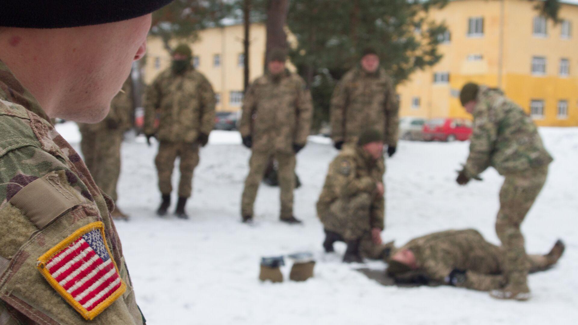Американский военный наблюдает за тренировкой солдат ВСУ на Яворовском полигоне во Львовской области - РИА Новости, 1920, 07.09.2021