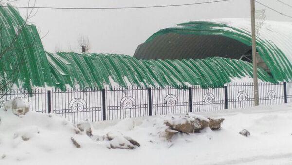Обрушившаяся крыша строящегося катка в населенном пункте Первомайский, Московская область. 4 марта 2018