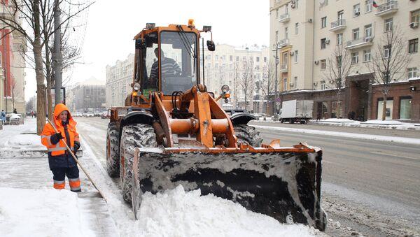 Сотрудники коммунальных служб убирают последствия снегопада на Тверской улице в Москве. Архивное фото