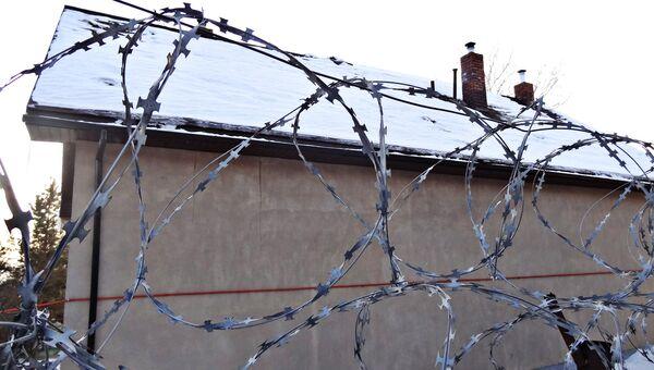 Реабилитационный центр Ключи обнесен высоким забором с колючей проволокой