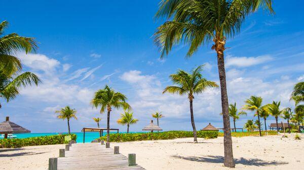 Белый пляж в Теркс и Кайкос на Карибском море