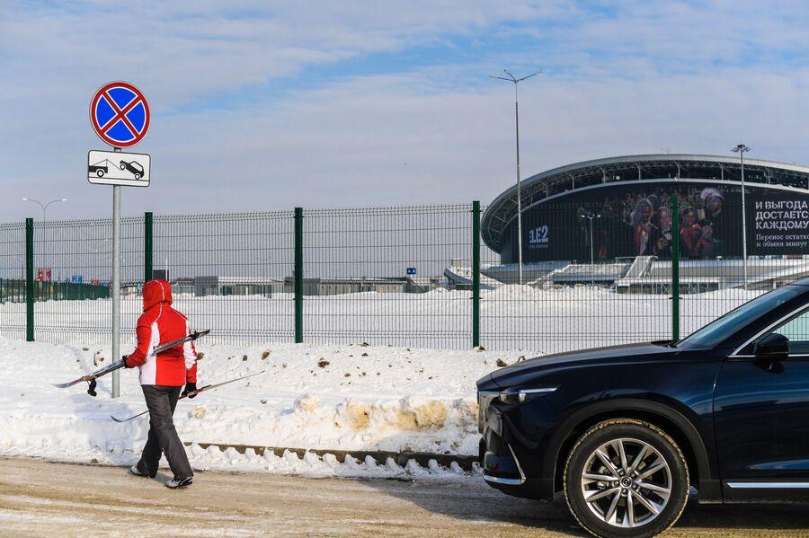 Знак, запрещающий парковку, возле стадиона Казань Арена