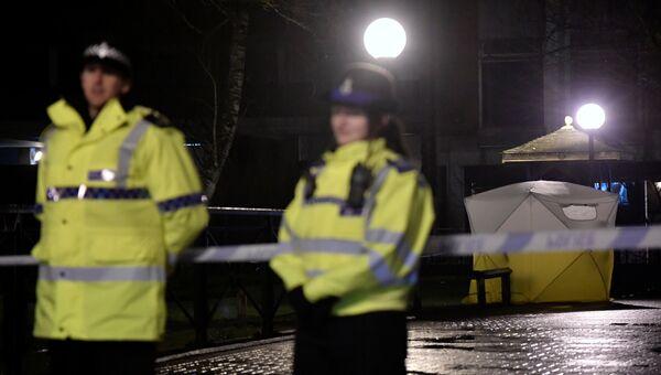 Полицейские в оцеплении у торгового центра в Солсбери после госпитализации бывшего полковника ГРУ Сергея Скрипаля. 5 марта 2018