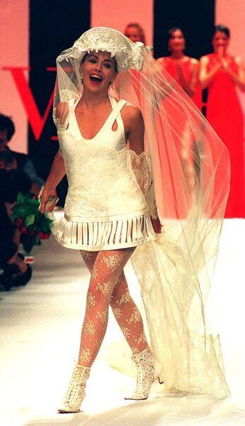 Американская актриса Шэрон Стоун в свадебное платье от итальянским дизайнера Валентино во время презентации коллекции одежды Valentino весна-лето 1994 года в Париже. 13 октября 1993 года