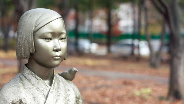 Мемориал женщинам для утешения в Сеуле напротив японского посольства