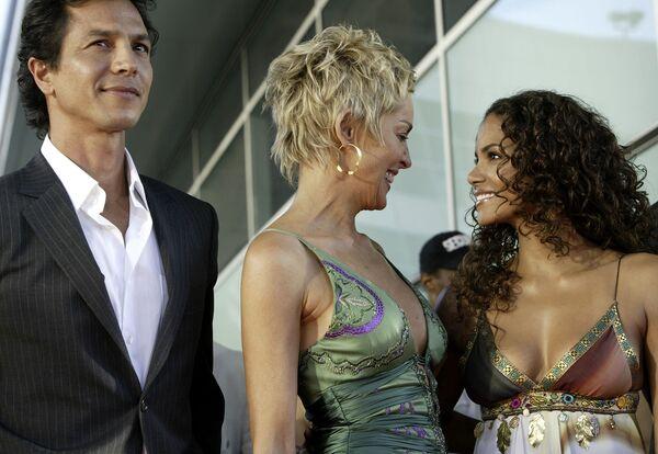Бенджамин Брэтт, Шэрон Стоун и Холли Берри на премьере фильма Женщина-кошка в Лос-Анджелесе. 19 июля 2004 года