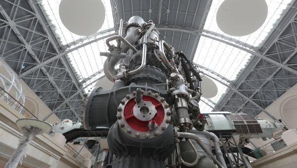 Натурный образец жидкостного ракетного двигателя НК-33. Архивное фото