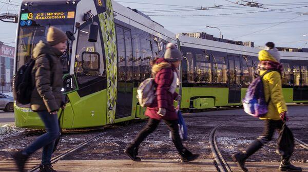 Частный трамвай Чижик на маршруте от Хасанской улицы до Ладожского вокзала в Санкт-Петербурге
