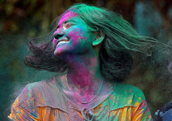 Участница фестиваля Холи в Мумбаи, Индия