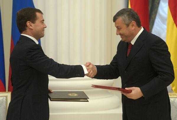Медведев вновь подтвердил готовность РФ помогать развитию Южной Осетии