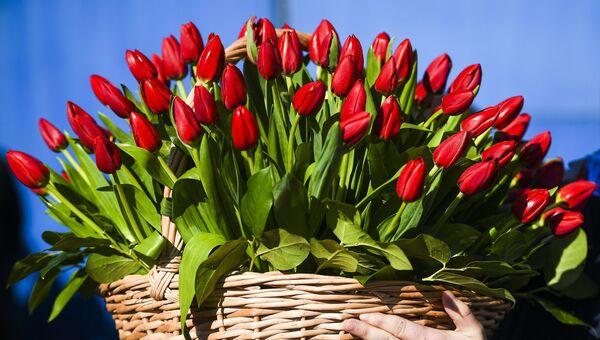 Продажа цветов в Международный женский день на Рижском рынке в Москве. 8 марта 2018
