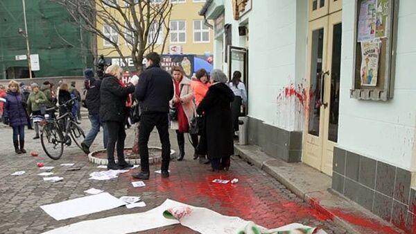 В центре Ужгорода на Театральной площади неизвестные напали на участников акции по защите прав женщин. 8 марта 2018