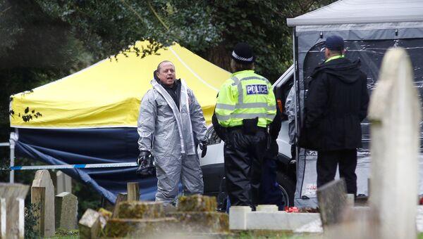 Члены аварийных служб в защитных костюмах работают на London Road Cemetery в Солсбери, Великобритания. 10 марта 2018