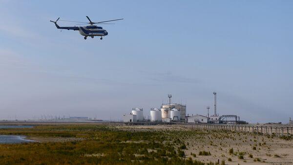 Вертолет МИ-8 компании Газпромавиа заходит на посадку в аэропорт поселка Варандей, расположенного на побережье Карского моря в Ненецком автономном округе