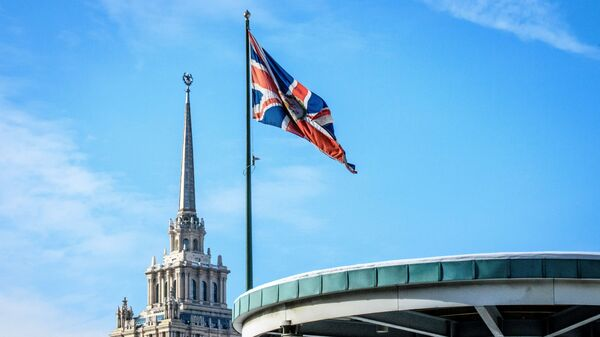 Флаг Великобритании у здания посольства в Москве