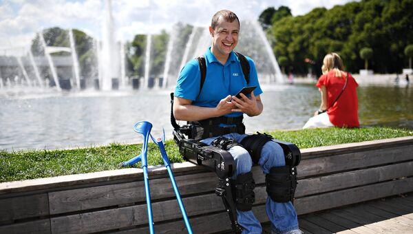 С помощью экзоскелета пациенты получают возможность вставать, садиться, ходить, подниматься и спускаться по лестницам без посторонней помощи.