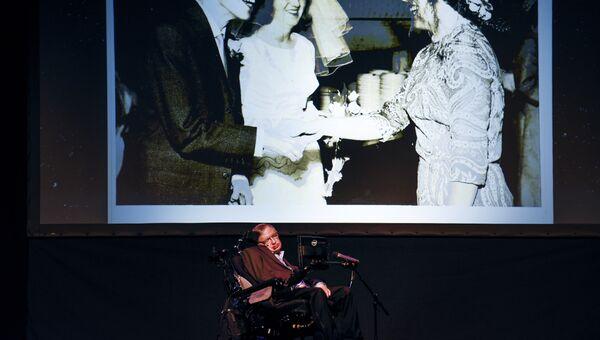 Британский физик-теоретик Cтивен Хокинг читает лекцию во время фестиваля Starmus на Тенерифе