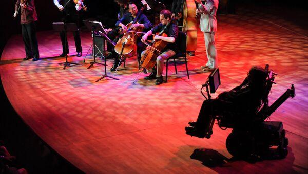 Выступление ансамбля Шелковый Путь под руководством Йо-Йо Ма выступает перед британским физиком-теоретиком Cтивеном Хокингом на гала-концерте World Science Festival 2010 в Нью-Йорке