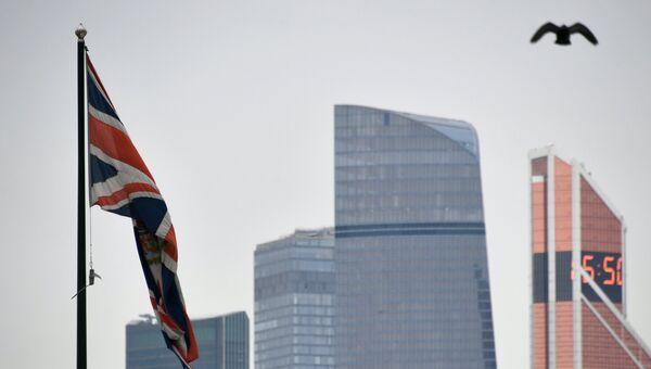 Флаг Соединенного Королевства на здании посольства Великобритании в России в Москве