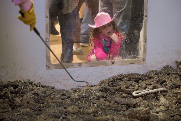 Девочка на фестивале гремучих змей в Свитуотере, штат Техас