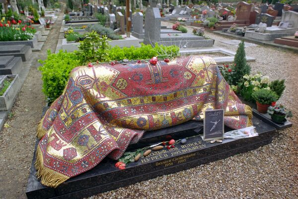 Могила артиста балета Рудольфа Нуреева на кладбище Сент-Женевьев де Буа в пригороде Парижа