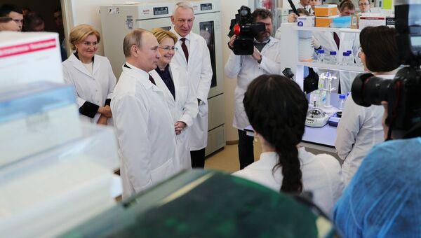 Президент РФ Владимир Путин во время посещения Национального медицинского исследовательского центра имени В. А. Алмазова в Санкт-Петербурге. 16 марта 2018