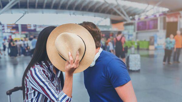 Влюбленная пара в аэропорту