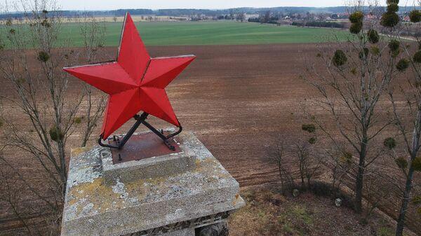 Красная звезда на вершине стелы в Миколине, установленной в память о красноармейцах - воинах Первого Украинского фронта, погибших в период 23-30 января 1945 года при форсировании Одера. Архивное фото
