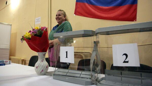 Подготовка избирательного участка в Симферополе к выборам президента РФ