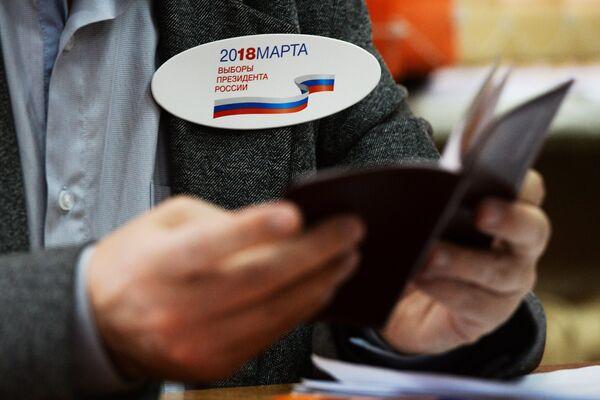 Член участковой избирательной комиссии во время голосования на выборах президента Российской Федерации на избирательном участке в Новосибирске. 18 марта 2018