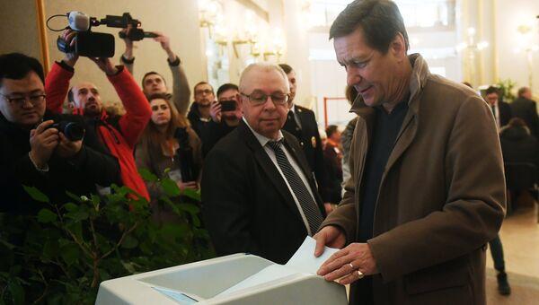 Первый зампред Госдумы РФ Александр Жуков во время голосования на выборах президента РФ на избирательном участке в Москве. 18 марта 2018