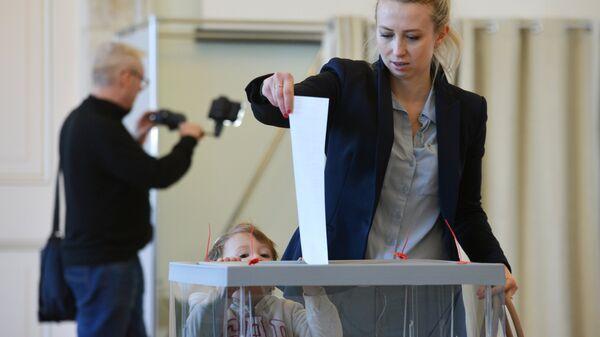 Избиратели голосуют на выборах президента РФ на избирательном участке в посольстве РФ в Варшаве