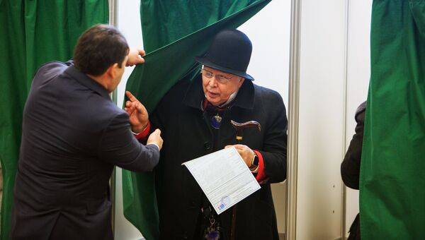 Дизайнер Вячеслав Зайцев во время голосования на выборах президента РФ в посольстве России во Франции