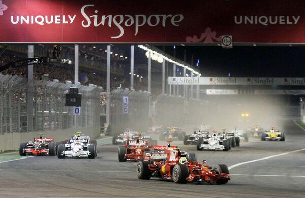 Старт первой ночной гонки Формулы-1 в Сингапуре