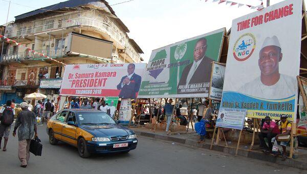Предвыборные плакаты кандидатов в президенты на улицах Фритауна в Сьерра-Леоне. Архивное фото