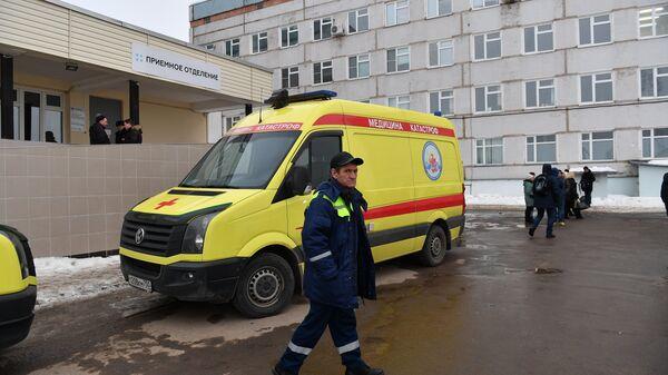 Автомобиль возле здания Центральной районной больницы в Волоколамске. Архивное фото