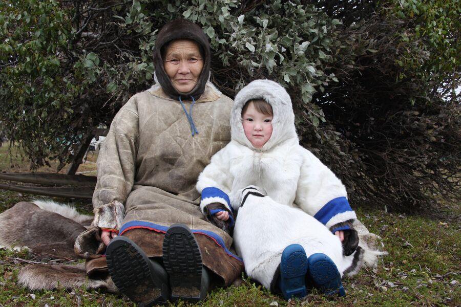 Ненка с внучкой на полуострове Канин, Ненецкий автономный округ
