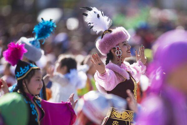 Участницы танцевального коллектива во время концерта, посвященного Наврузу, на площади Ала-Тоо в Бишкеке