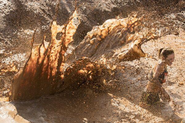 Участница забега с препятствиями по грязи в Тель-Авиве